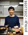 夕飯を食べる家族 20811098