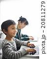 パソコンを操作する子供 20811279