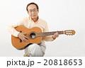ギターを演奏して楽しむシニア男性 20818653