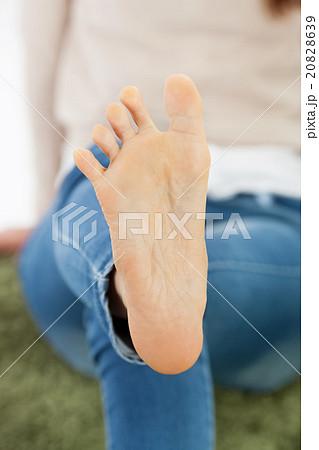 若い女性の足の裏 20828639