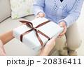 シニア女性にプレゼントを渡す若い女性 20836411