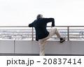 飛び降りようとするシニア男性イメージ 20837414
