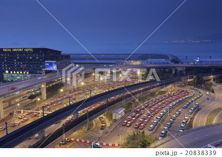 the taxis queues in the hk international airport 20838339