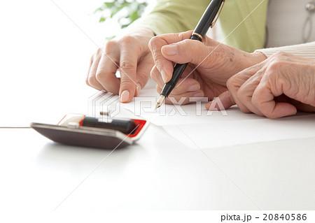 書類を記入するシニア女性とミドル女性 高齢者がサインする手元 顔なし 20840586