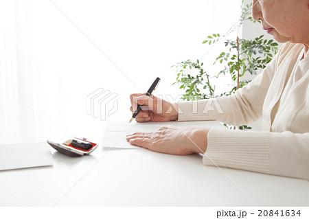 書類に記入するシニア女性 口元 遺言状 20841634