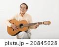 ギターを演奏して楽しむシニア男性 20845628
