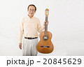 ギターを演奏して楽しむシニア男性 20845629