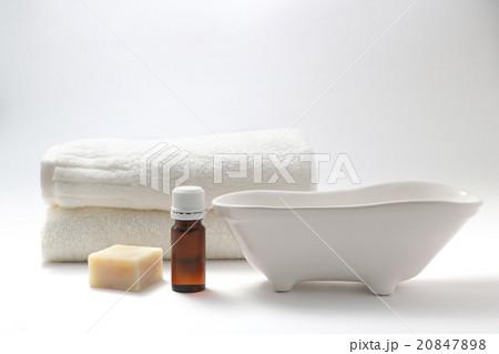 アロマオイル 石鹸 タオル バスタブのオブジェの写真素材 [20847898] - PIXTA