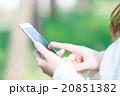 女性 スマホを持った女性の手元 はめ込み合成用写真素材 緑背景 グリーン 企業宣伝用画像素材 20851382