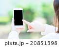 女性 スマホを持った女性の手元 はめ込み合成用写真素材 緑背景 グリーン 企業宣伝用画像素材 20851398