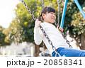 ブランコで遊ぶ小学生の女の子 20858341