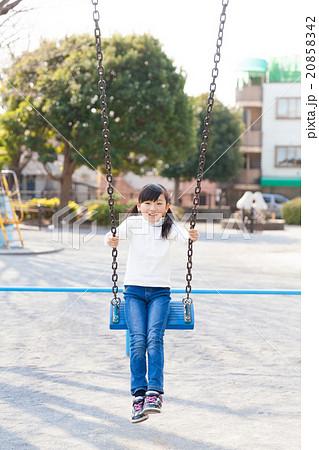 ブランコで遊ぶ小学生の女の子 20858342