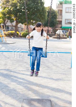 ブランコで遊ぶ小学生の女の子 20858343