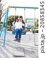 ブランコで遊ぶ小学生の女の子 20858345