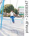 ブランコで遊ぶ小学生の女の子 20858347