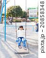 ブランコで遊ぶ小学生の女の子 20858348