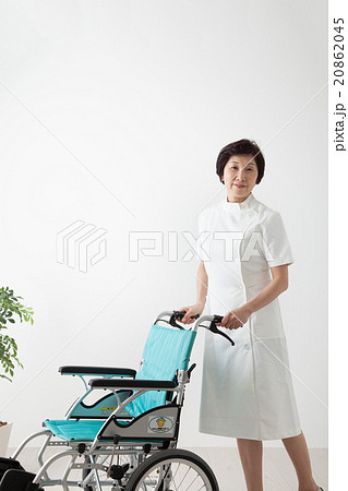 働く女性 車いすをおす看護師 熟年ミドル女性 20862045