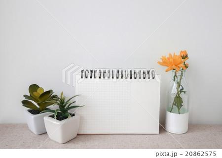 Notepad and plants pots, room interior mockupの写真素材 [20862575] - PIXTA
