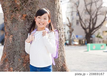ランドセルを背負った小学生の女の子 20869167