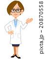 案内する白衣の女性 20870558