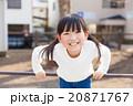 鉄棒で遊ぶ小学生の女の子 20871767