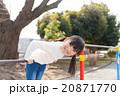 鉄棒で遊ぶ小学生の女の子 20871770