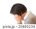 頭を押さえるシニア女性 20883238