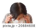 こめかみを押さえるシニア女性 20884608