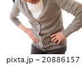 腰を押さえるシニア女性 20886157