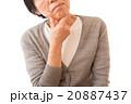 悩むシニア女性 20887437