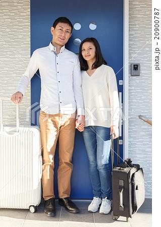 スーツケースを持つ男女の写真素材 [20900787] - PIXTA
