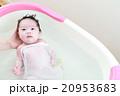 沐浴する赤ちゃん 20953683