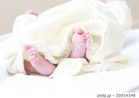 新生児の赤ちゃんの足裏 20954346