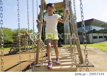 子供 小学生 女の子 公園 遊具で遊ぶ 夏 20957144