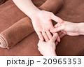 マッサージ ハンドマッサージ 手の写真 20965353