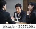 会食をする男女 20971001