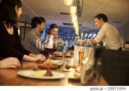 カウンターで食事するカップル 20971004