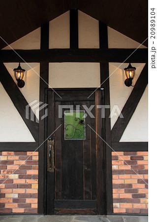 重厚な木製ドア 20989104