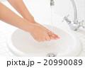 洗面台 手洗い 手の写真 20990089
