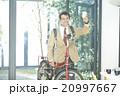 自転車で出勤するビジネスマン 20997667