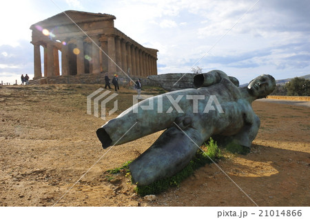 アグリジェント:神殿の谷 コンコルディア神殿とイカロス像 21014866