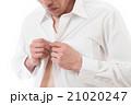 ワイシャツを着る男性 白バック 21020247