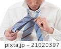 ネクタイを結ぶ若い男性 白バック 21020397