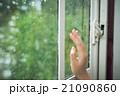 窓 手 窓辺の写真 21090860