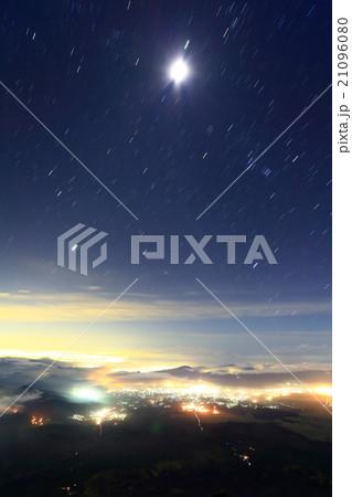 富士山山頂から東京方面の夜景と昇る月・冬の星座 21096080