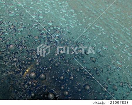 車のフロントガラスについた氷の粒 21097833