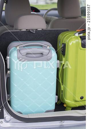 スーツケースを車のトランクに入れる 21099387