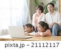 姉妹 休日 ノートパソコンの写真 21112117