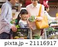スーパーで買物する家族 21116917