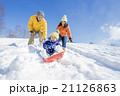 雪の公園でソリ遊びをする3人家族 21126863